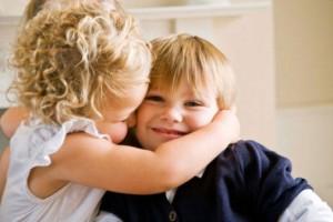 l-abbraccio-tra-bambini